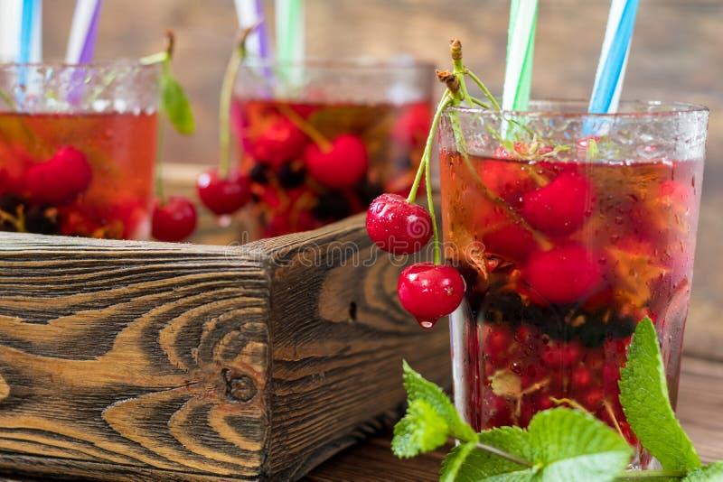 Vetri della bevanda di rinfresco conditi con frutta fresca e decori immagine stock libera da diritti