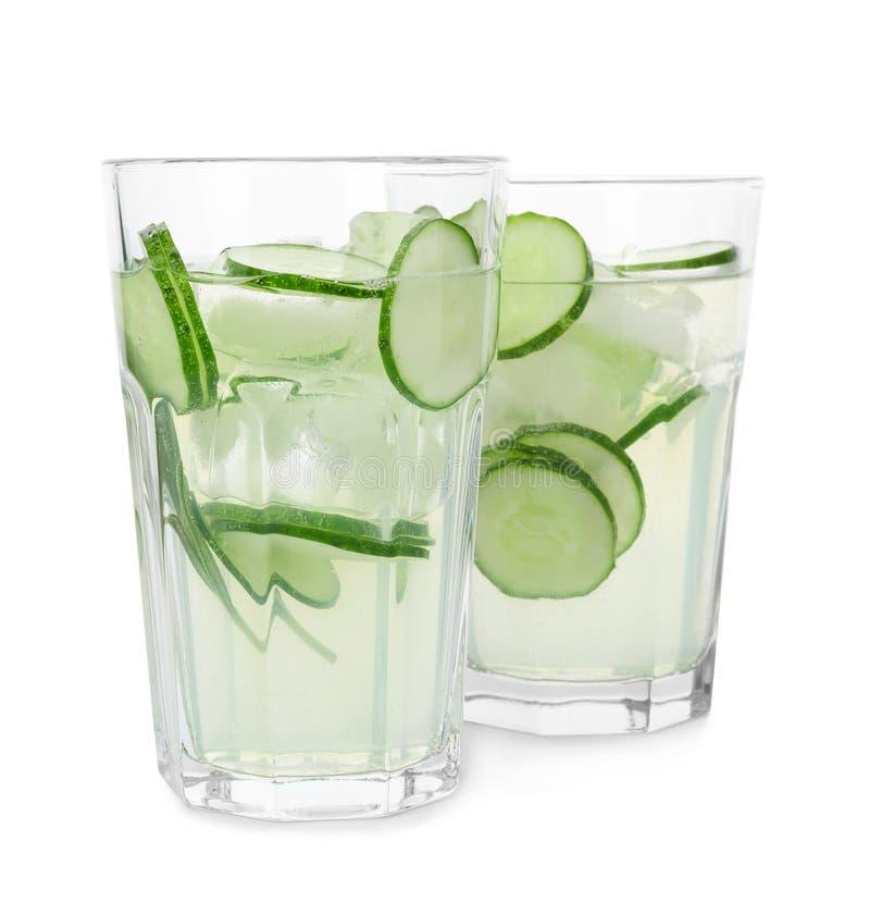 Vetri della limonata e dei rosmarini di rinfresco del cetriolo Bevanda di estate immagini stock