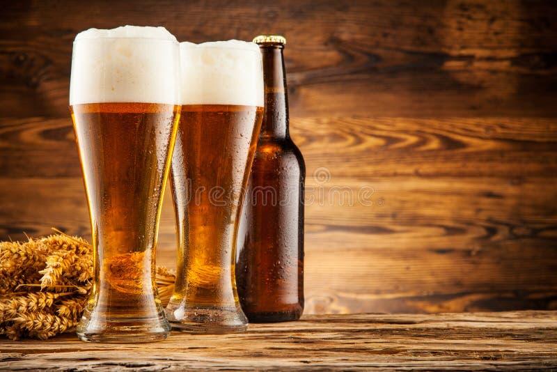 Vetri di birra sulle plance di legno immagine stock libera da diritti