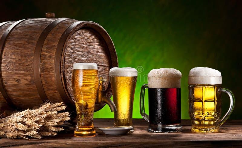 Vetri di birra, vecchio barilotto della quercia e grano. immagini stock libere da diritti
