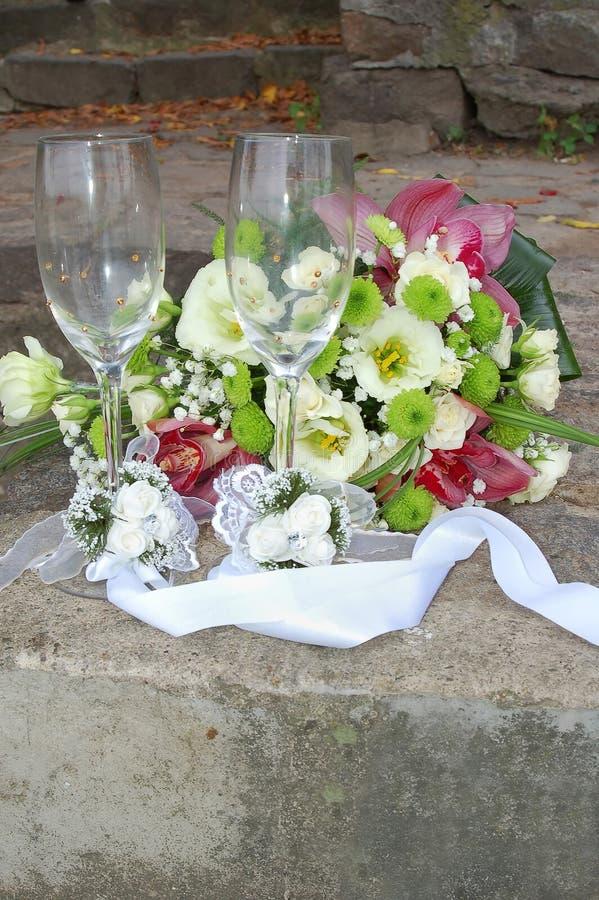 Vetri di cerimonie nuziali per champagne ed il mazzo fotografie stock