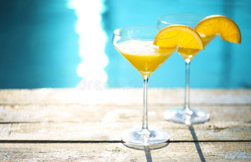 Vetri di Champagne con il cocktail arancio della mimosa della fetta fotografie stock libere da diritti