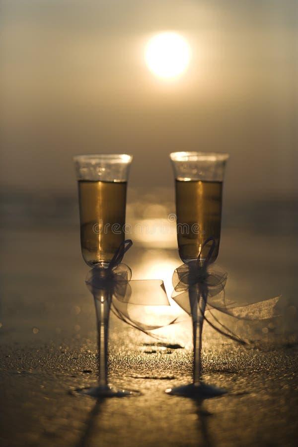 Vetri di Champagne con il tramonto. fotografia stock libera da diritti