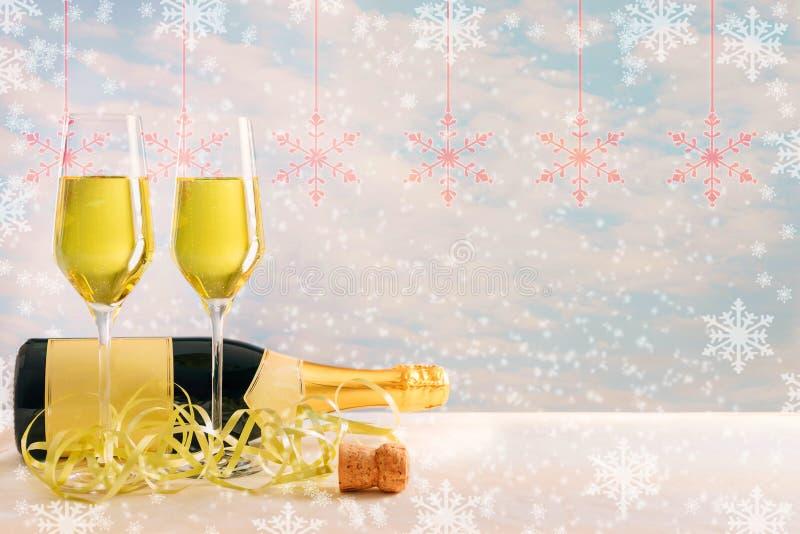 Vetri di Champagne con la bottiglia davanti ad un fondo innevato fotografie stock libere da diritti
