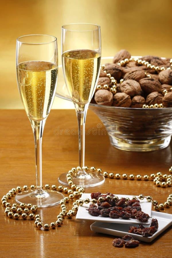 Vetri di champagne con le noci della priorità bassa dell'oro immagini stock libere da diritti