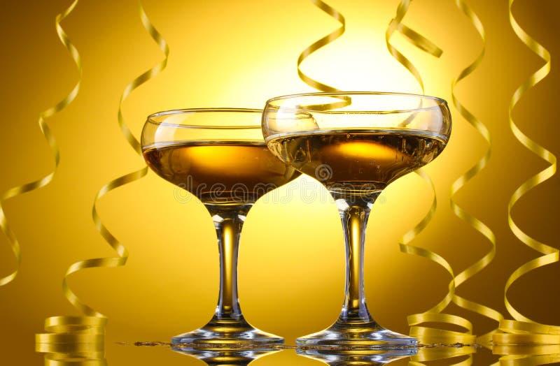 Vetri di champagne e della fiamma fotografia stock
