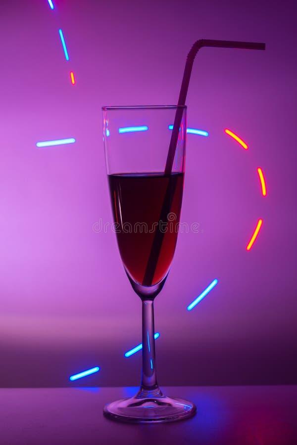 Vetri di champagne Vetro o stemware con alcool o un cocktail su un fondo colorato Un vetro sulla barra in un caff?, fotografia stock libera da diritti
