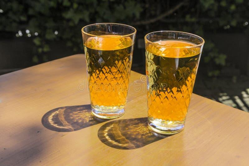 Vetri di Cidre che stanno sopra immagine stock
