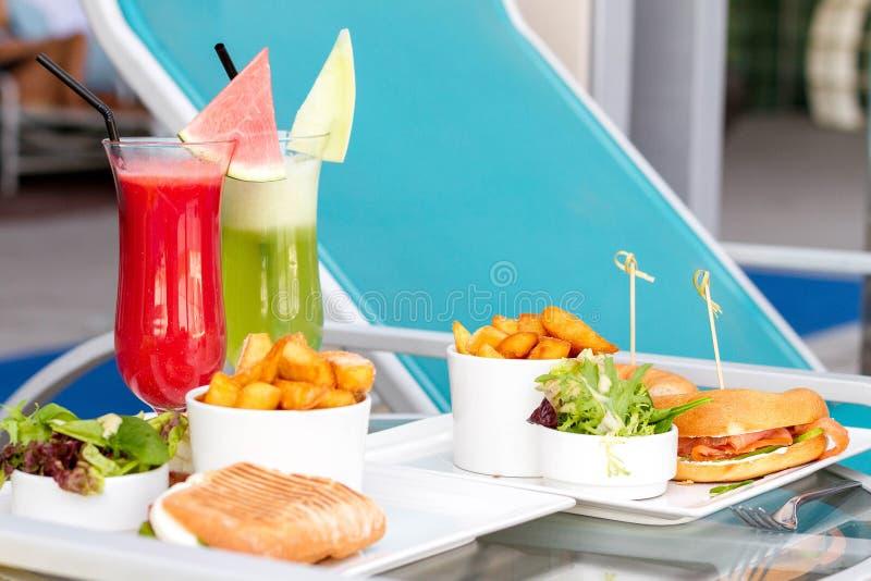 Vetri di cocktail con la vista dell'hotel Insieme dei cocktail classici dell'alcool immagini stock