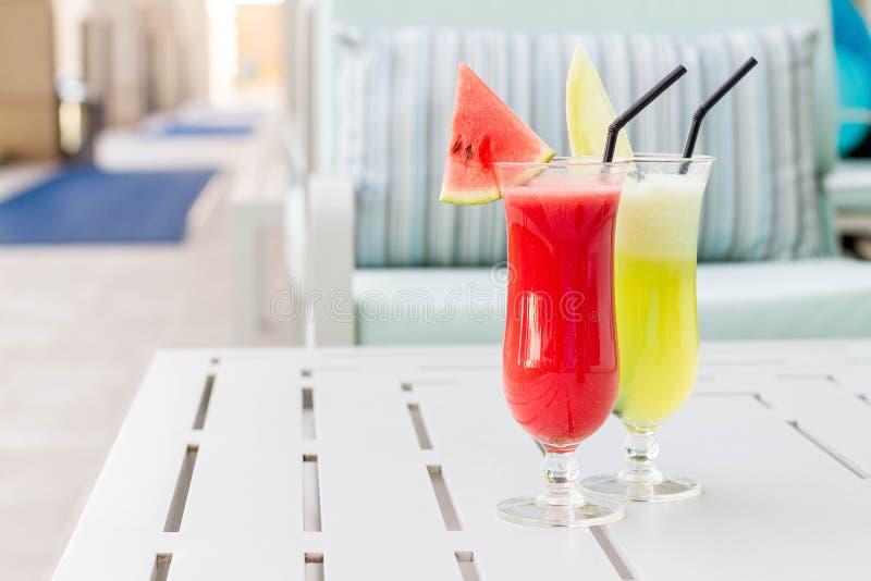 Vetri di cocktail con la vista dell'hotel Insieme dei cocktail classici dell'alcool fotografia stock libera da diritti