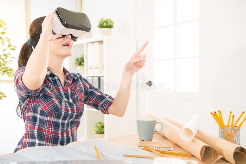 Vetri di esperienza VR della donna dell'architetto fotografia stock