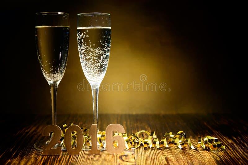 Vetri di figure 2016 dell'oro e del champagne su un backg di legno fotografia stock libera da diritti
