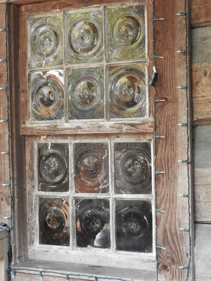 Vetri di finestra antichi del centro, vero quello di un pezzo di arte gentile fotografia stock libera da diritti