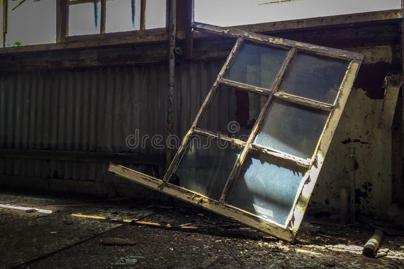 Vetri di finestra di vetro in costruzione abbandonata fotografie stock libere da diritti