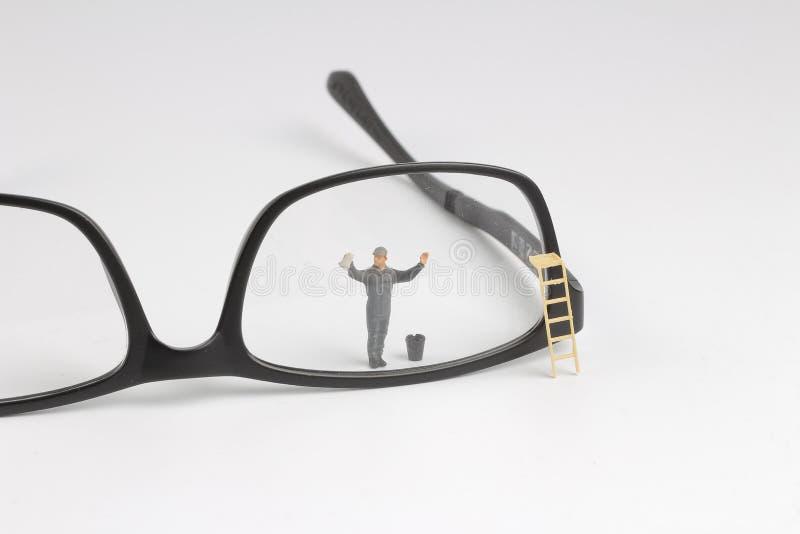 Vetri di lettura minimi della radura del lavoratore Concetto di affari fotografia stock
