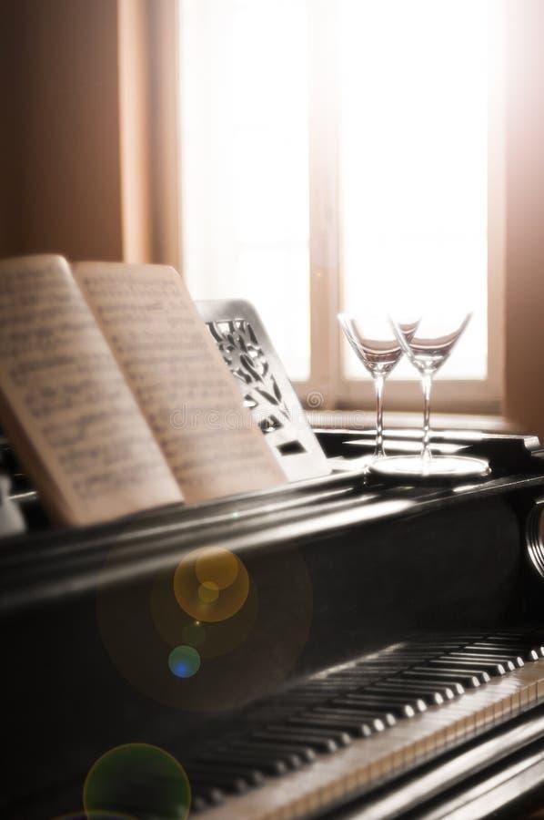 Vetri di musica del piano e del vino immagine stock libera da diritti