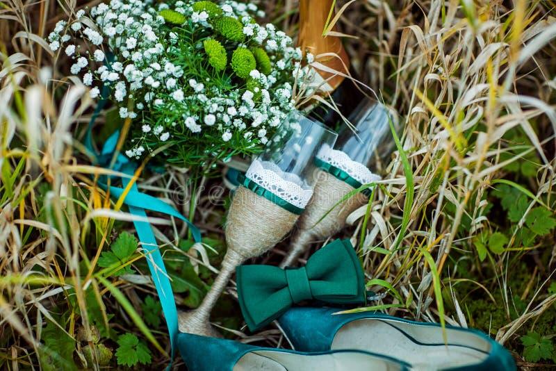 Vetri di nozze decorati con cavo ed il nastro verde, scarpe verdi del velluto della sposa, mazzo dei fiori del campo, legame di f fotografia stock libera da diritti