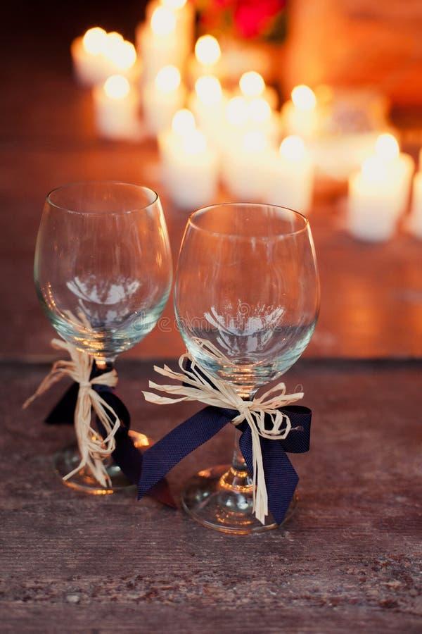 Vetri di nozze su fondo delle candele fotografie stock