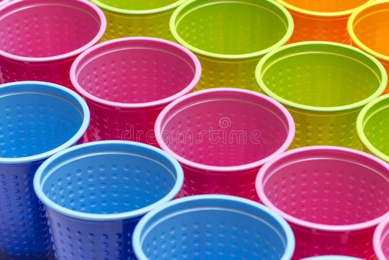 Vetri di plastica multicolori isolati su fondo bianco Vista superiore immagine stock libera da diritti