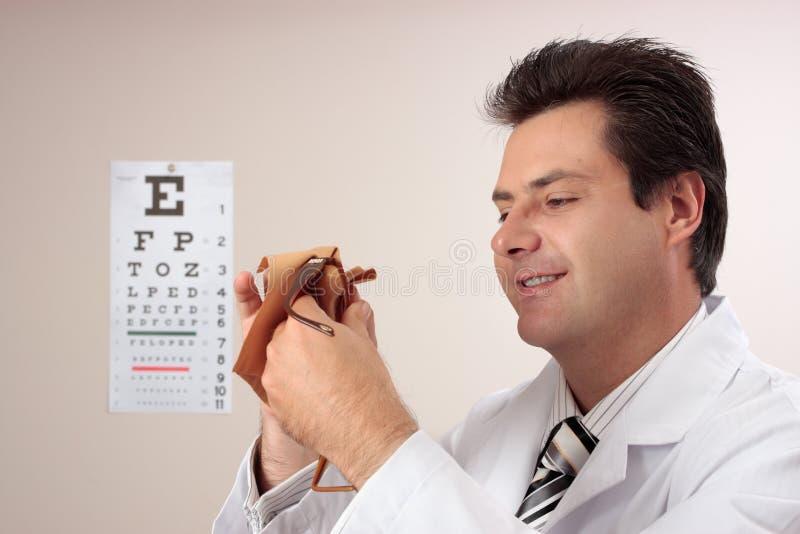 Vetri di pulizia dell'optometrista immagine stock libera da diritti