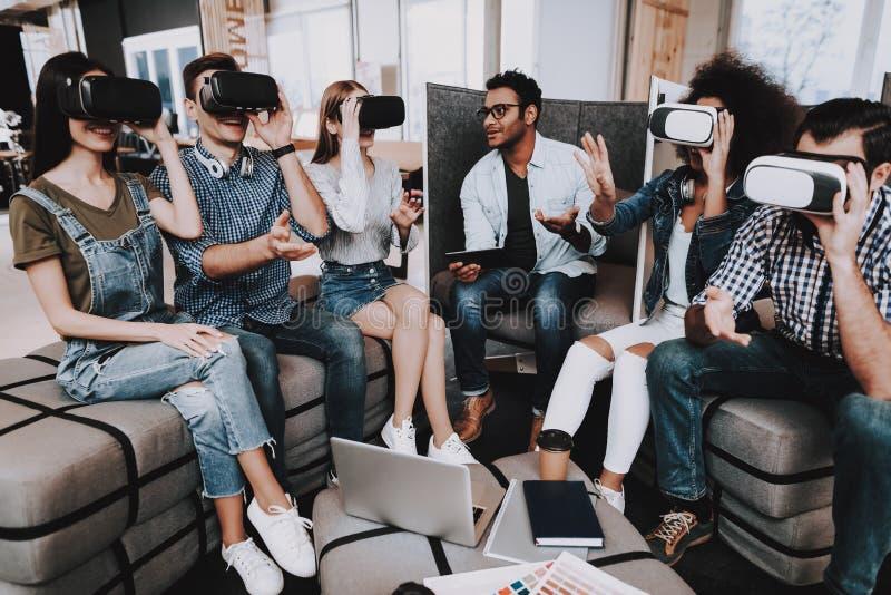Vetri di realtà virtuale E sguardo immagini stock