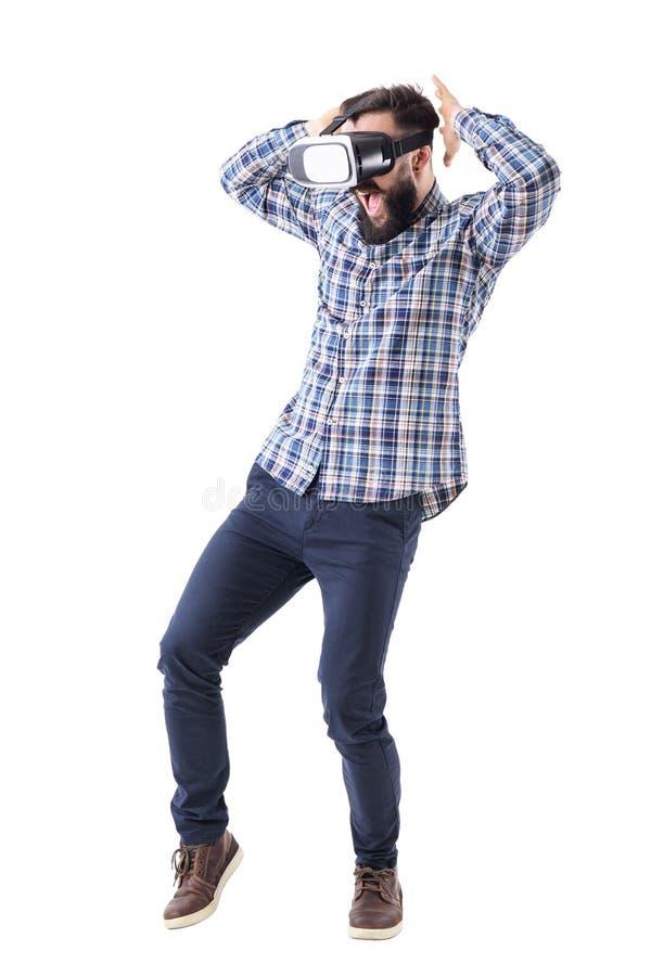 Vetri di sorveglianza colpiti o stupiti di realtà virtuale dell'uomo di affari con la mano sopraelevata immagine stock libera da diritti
