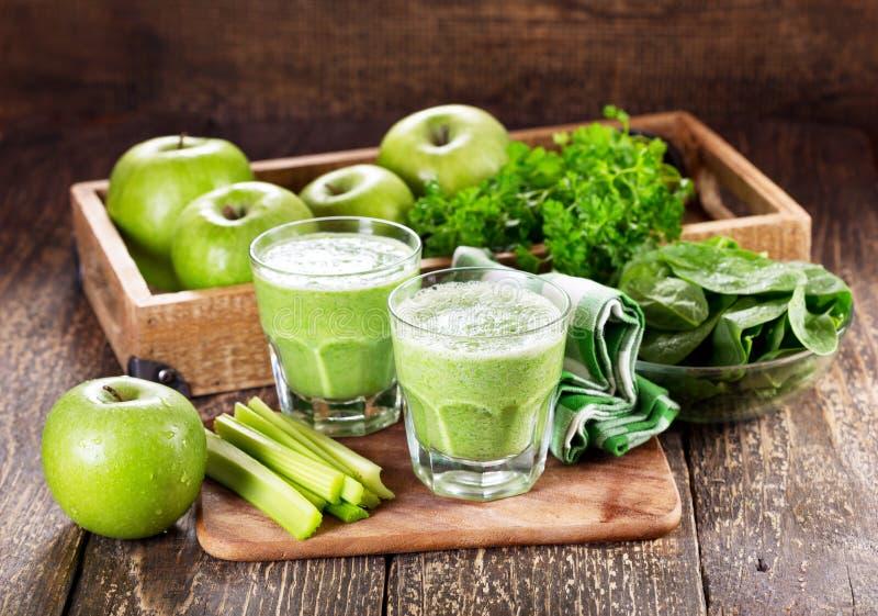 Vetri di succo verde con la mela, il sedano e gli spinaci fotografia stock libera da diritti