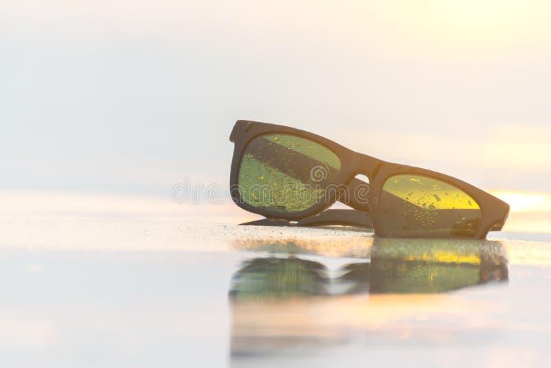 Vetri di Sun sulla spiaggia e sul tramonto fotografia stock libera da diritti