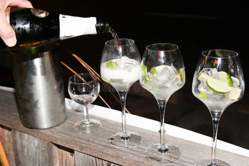 in vetri di un ristorante della barra di alcool che è servito con il vino bianco del champagne fotografia stock libera da diritti