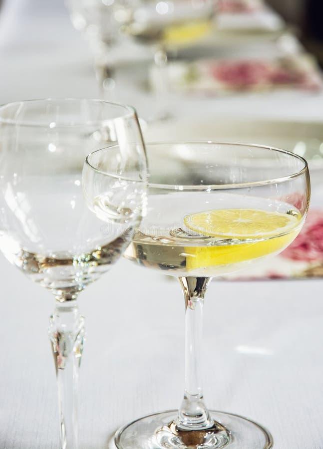 Vetri di vermut con il limone fotografia stock libera da diritti
