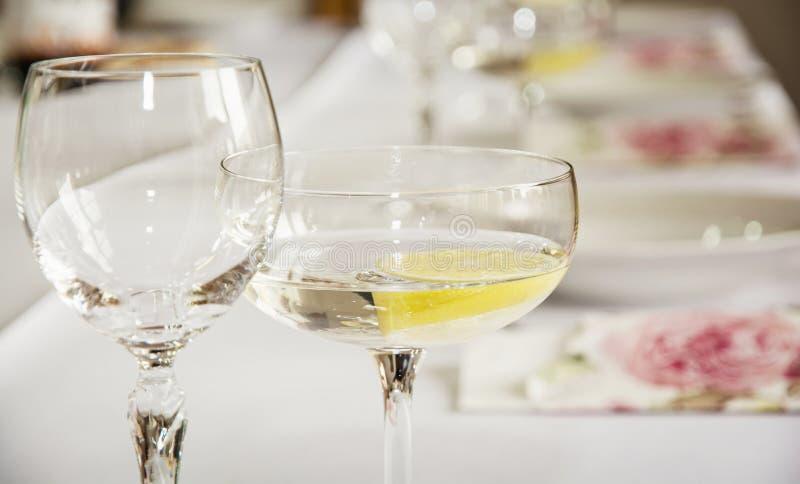 Vetri di vermut con il limone per la festa di compleanno fotografia stock