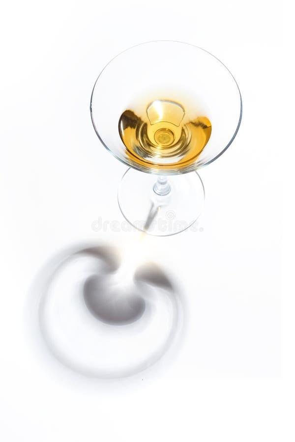 Vetri di vetro con le bevande dei colori differenti su un fondo bianco Vista superiore Il concetto di un cocktail alcolico immagini stock