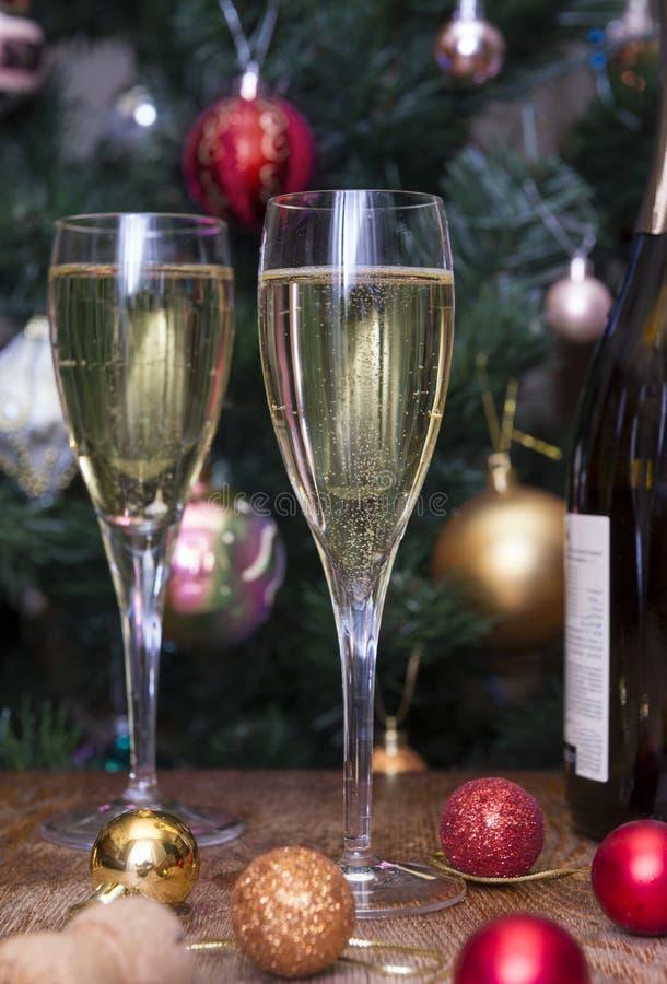 2 vetri di vetro con vino spumante, una bottiglia di vino, vino, Gol fotografie stock