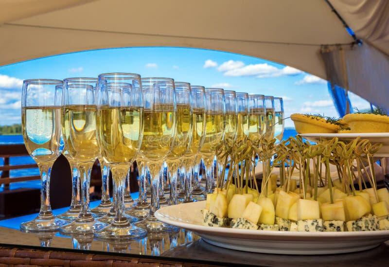 Vetri di vino con vino bianco fotografia stock libera da diritti