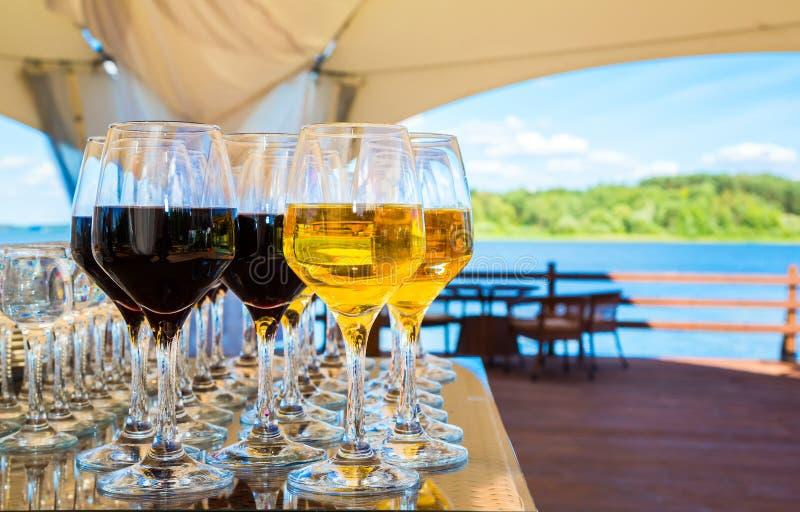 Vetri di vino con vino rosso e bianco fotografia stock