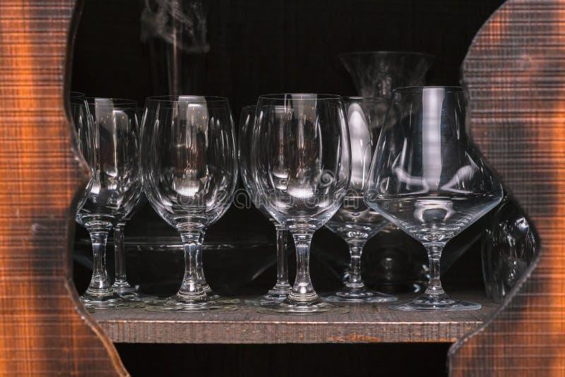 Vetri di vino di cristallo sistemati in un armadietto fotografie stock