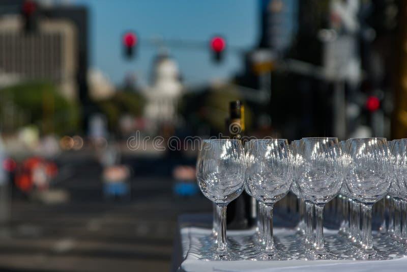 Vetri di vino nel traffico fotografia stock
