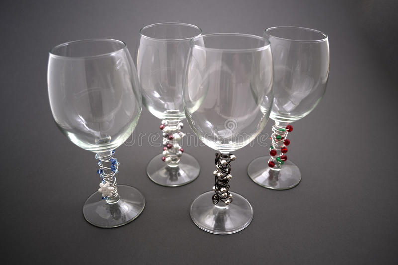 Vetri di vino in rilievo immagini stock libere da diritti