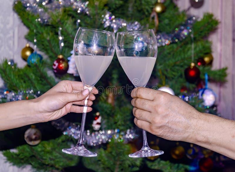 Vetri di vino spumante sui precedenti dell'albero di Natale fotografia stock