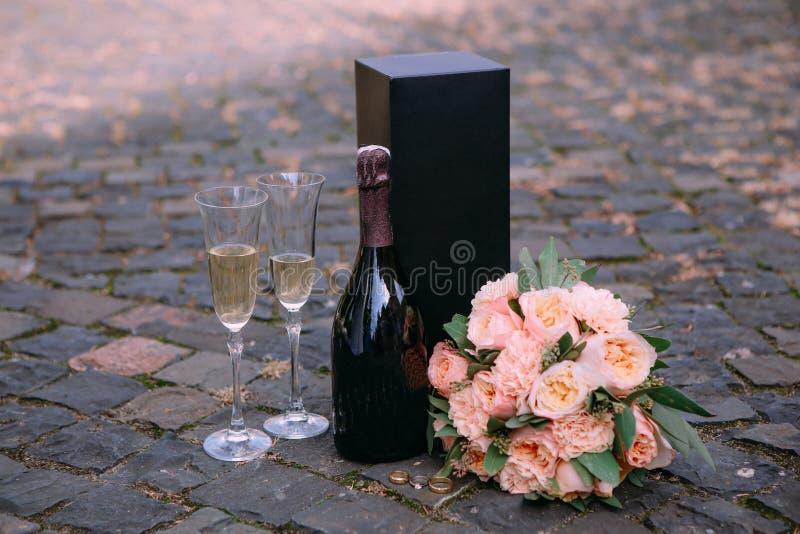 vetri di vino stabiliti romantici dei fiori del champagne fuori fotografia stock