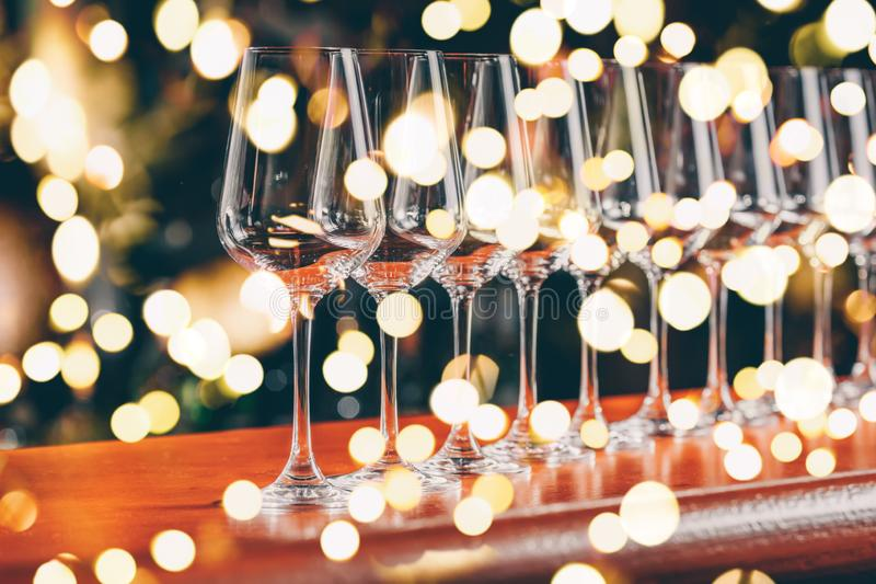 Vetri di vino in una fila E r fotografie stock