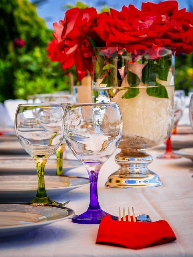 Vetri di vino in una tavola di cena immagine stock