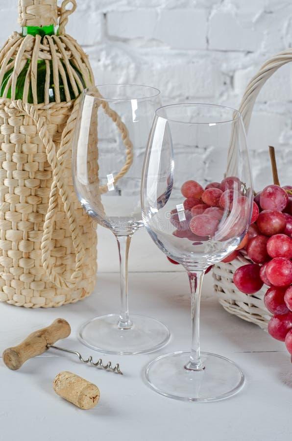 Vetri di vino, uva e bottiglia di vino immagini stock libere da diritti