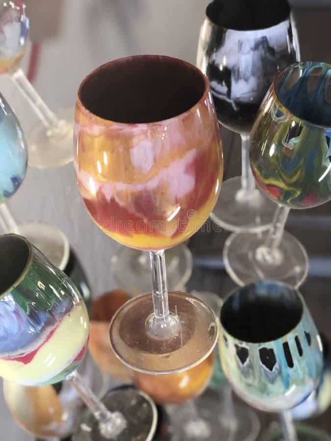 Vetri di vino variopinti di galleggiamento immagini stock libere da diritti