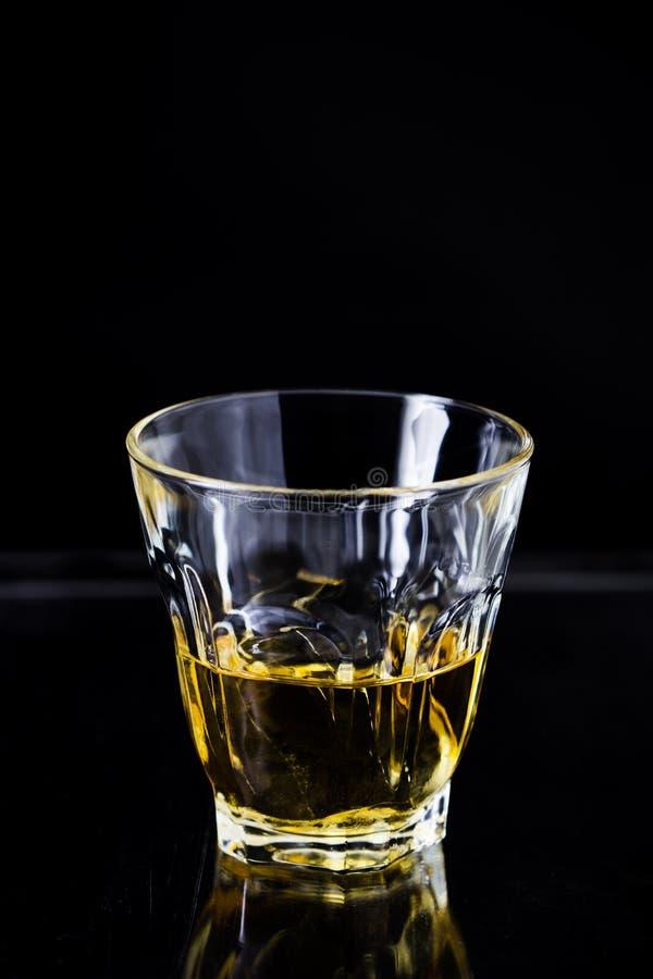 Download Vetri Di Whiskey Su Fondo Di Legno Fotografia Stock - Immagine di liquore, vetro: 55354098