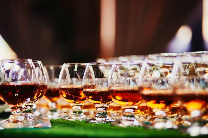 Vetri di whiskey sul fondo della barra lotti dei vetri di whiskey vetri di whiskey o di brandy fotografie stock