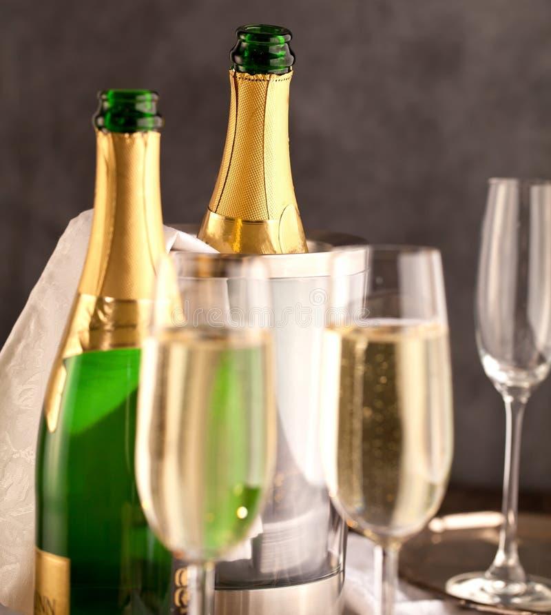 Vetri e bottiglia di Champagne su fondo scuro fotografie stock