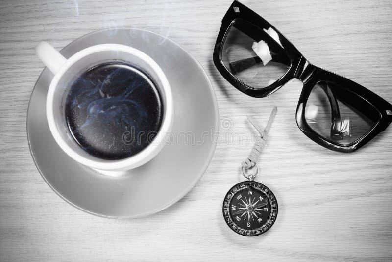 Vetri e caffè su fondo di legno fotografia stock