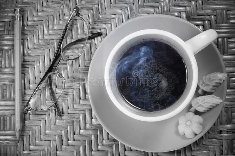 Vetri e caffè su fondo di legno fotografie stock libere da diritti
