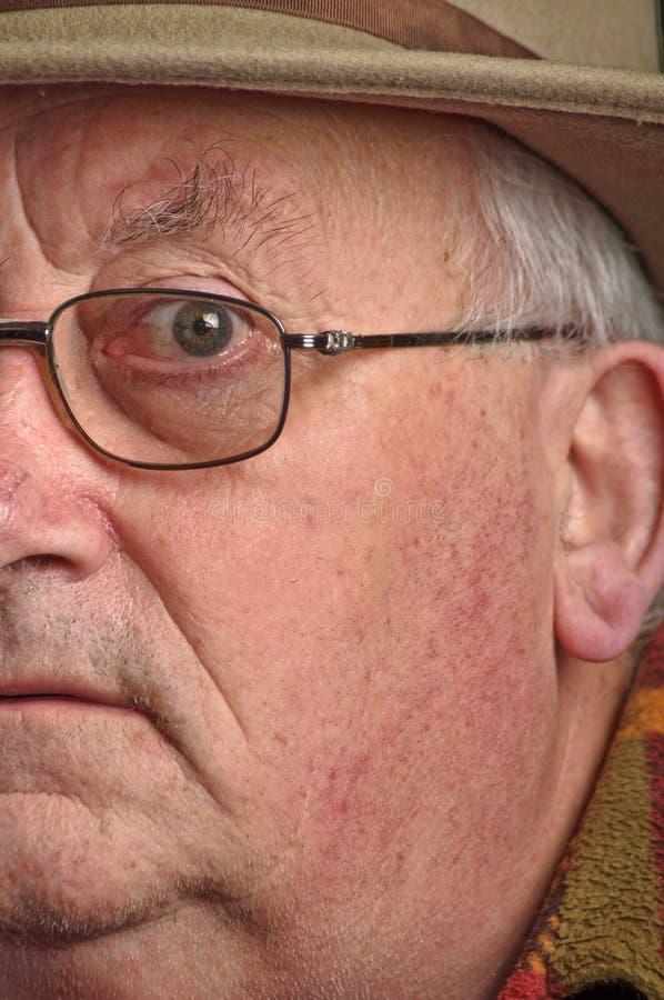 Vetri e cappello da portare pensionati maschio maggiore fotografie stock libere da diritti